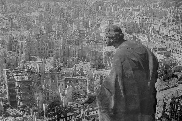 Pohled na vybombardované Drážďany v roce 1945 | foto:  ,  Deutsche Fotothek / Wikimedia Commons,  CC BY-SA 3.0 DE