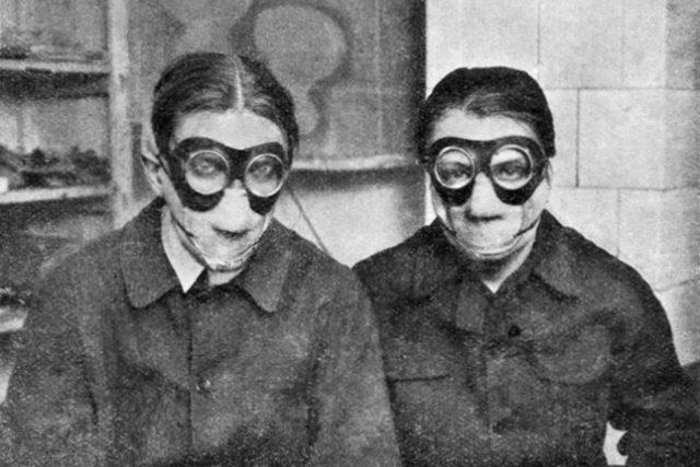 Jindřich Štyrský a Toyen během práce na díle Deka v roce 1929   foto: Public domain,  autor neznámý