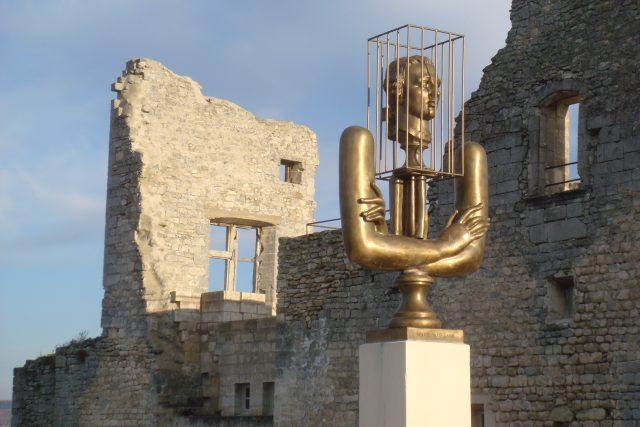 Pomník markýzi de Sade v ruinách hradu La Coste   foto: licence Creative Commons Attribution-Share Alike 3.0 Unported,   Millevache