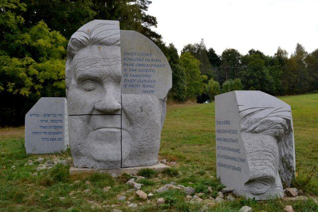 Sochařovou myšlenkou bylo nejen představit portrét v kameni,  ale zároveň nechat diváka nahlédnout do hlavy   foto: Dáša Kubíková,  Český rozhlas