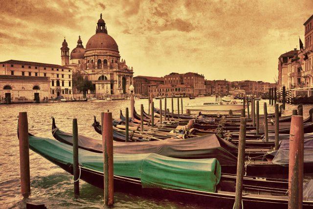 Gondoly zakotvené na Velkém kanálu naproti kostelu Santa Maria della Salute v Benátkách | foto: Profimedia