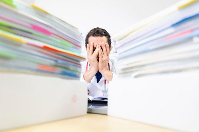 Syndrom vyhoření, stres, přepracování, lékař, administrativa, deprese. Ilustrační foto