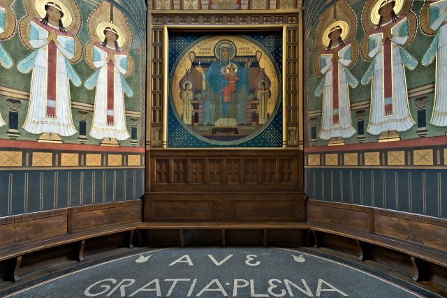 Deskový obraz Panny Marie s Ježíškem v apsidě kostela,  anděly malovaly sestry   foto: archiv Spolku přátel beuronského umění