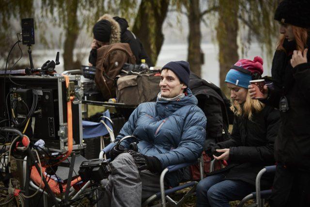 Režisér Olmo Omerzu při natáčení filmu Všechno bude. | foto: Česká televize